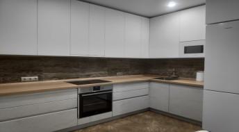 "Кухня в стиле Modern с фасадами цвета ""Бетон"" и белый Mira"