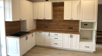 Белая кухня МДФ с деревянной столешницей