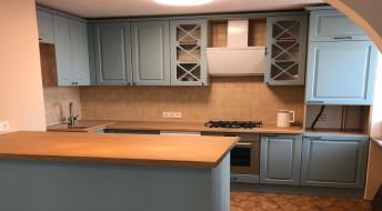 Кухня с темно-голубым оттенком